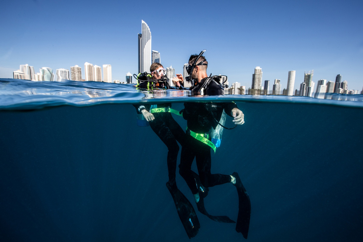 dive-attraction-divers-with-surfers-skyline